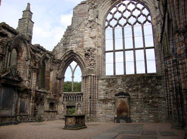 holyrood-abbey-ruins-1406037148-view-1