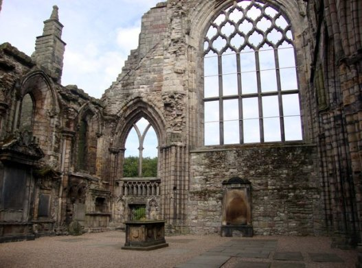 holyrood-abbey-ruins-1406037148-view-1